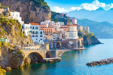 Ranku widok Amalfi pejzaż miejski na wybrzeże linii morze śródziemnomorskie, Włochy