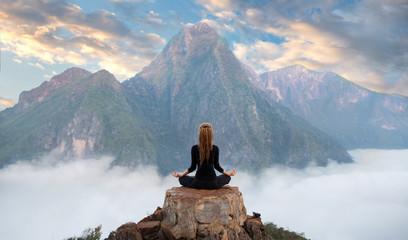 Ćwiczenia spokoju i jogi, medytacja w górach