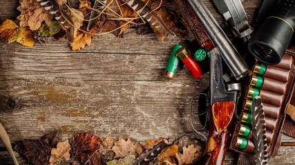 Łowiecki wyposażenie na drewnianym tle. Koncepcja polowania.