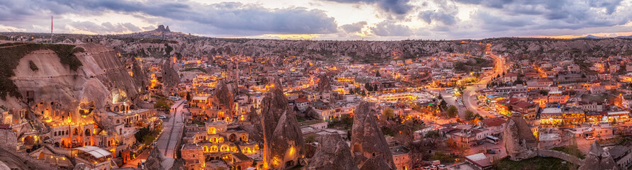 panoramiczny nocny widok Göreme i Uchisar na horyzoncie, Kapadocja, Turcja. Światowej sławy turystyczne centrum lotów balonem