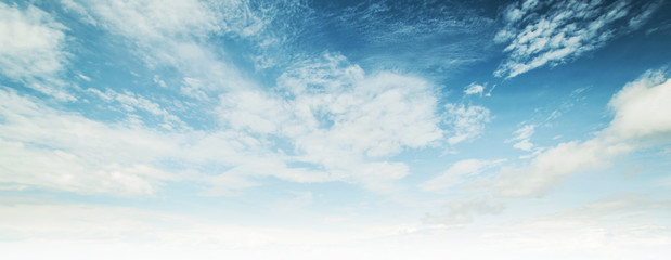 Niebo i chmury tropikalna panorama