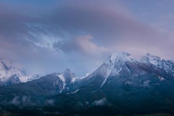 Abenddämmerung mit Wolken über dem Hochkalter in den Berchtesgadener Alpen