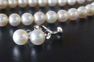 真珠のネックレスとイヤリング