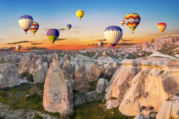 Gorące powietrze szybko się zwiększać przy zmierzchem nad jamy miasteczkiem, Cappadocia, Turcja
