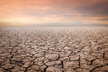 Ląd z suchą i popękaną ziemią. Pustynia, globalne ocieplenie tło