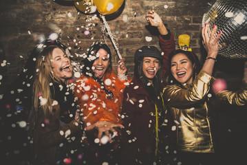 Grupa dziewcząt z okazji i zabawy w klubie. Pojęcie o nocach kobiet