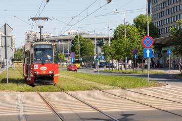 Stary tramwaj Konstal 105Na przejeżdża przez Rynek, w centrum Katowic, Śląska, Polska.