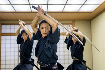 Szkolenie samurajów w tradycyjnym dojo w Tokio