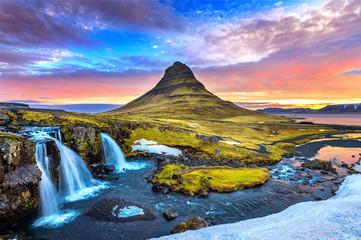 Kirkjufell o wschodzie słońca w Islandii. Piękny krajobraz.