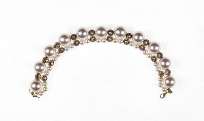 biżuteria, łańcuszek z perłami na na białym tle