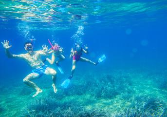 Rodzina nurkuje w morzu w maskach