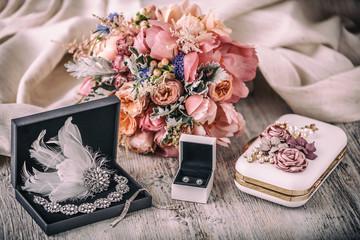 Kompozycja ślubna. Akcesoria panny młodej