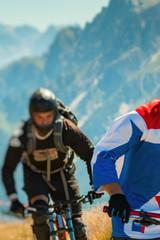 Downhill, Mountainbike Biker auf einem Trail in Südtirol, Dolomiten Abfahrt.