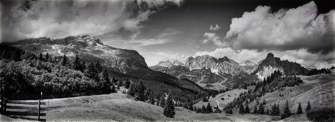 krajobraz gór dolomity w czerni i bieli