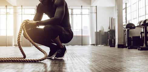 Krzyś facet trenuje na siłowni