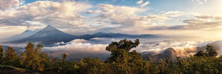Wulkany Fuego (aktywne), Acatenango i Agua, widok z Pacaya w Gwatemali