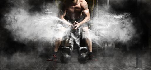 Mięśniowy mężczyzna trening z kettlebell przy gym