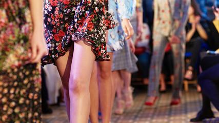 Modelki pokazujące nową kolekcję ubrań podczas tygodnia mody