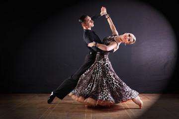 tancerze w sali balowej na białym tle na czarnym tle