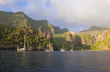 Jachty żaglowe zakotwiczone w Zatoce Vergins, Wyspy Markizy, Polinezja Francuska