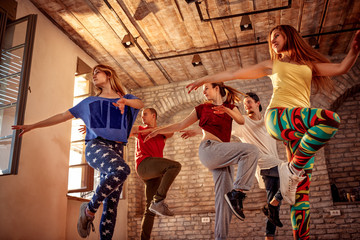 Zespół tańca namiętnego - tancerz ćwiczący trening taneczny w studio