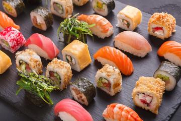Zestaw sushi maki i rolki na szarym tle