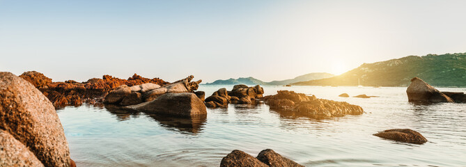Farbenfrohes Panorama einer felsigen Küste auf Korsika