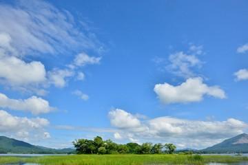 夏の高原・青空と湖畔の風景