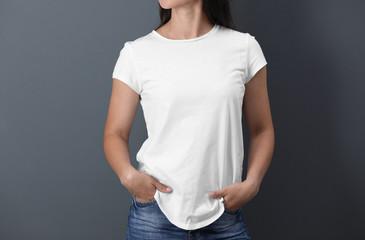 Młoda kobieta w białej koszulce na koloru tle. Makieta do projektowania