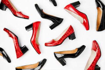 Stylowe damskie wiosenne lub jesienne buty w czerwonych kolorach. Pojęcie piękna i mody. Leżał płasko, widok z góry