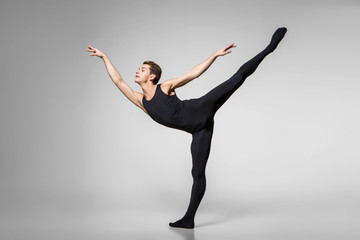 przystojny artysta baletowy