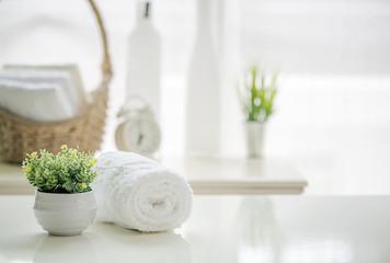 Stacza się biali ręczniki na bielu stole z kopii przestrzenią na zamazanym żywym izbowym tle