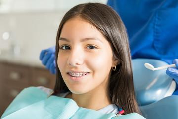 Portret Uśmiechnięta Nastoletnia Dziewczyna Z Szelkami W Klinice
