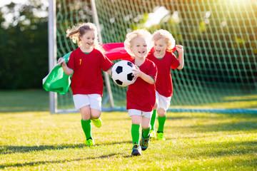 Portugalia kibiców dzieci. Dzieci grają w piłkę nożną.