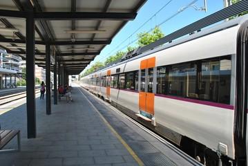 Pociąg na dworcu kolejowym