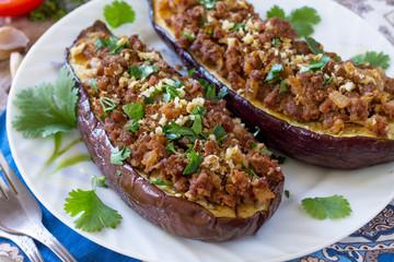 Klasyczne pieczone bakłażany z mięsem, orzechami włoskimi i warzywami. Tradycyjne danie bliskowschodnie lub arabskie.