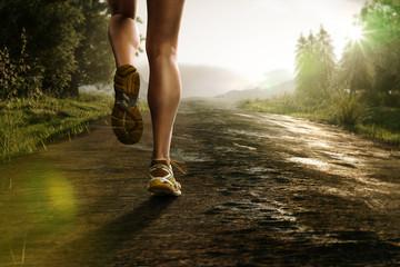 Läuferin auf Waldstraße