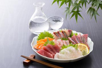 Różne sashimi i zimne sake