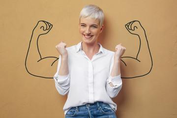Blond Frau an der Wand / Muskeln / Kraft / Power