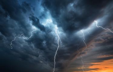 Błysk burzy z błyskawicami na nocnym niebie. Koncepcja na temat pogody, kataklizmów (huragan, tajfun, tornado)
