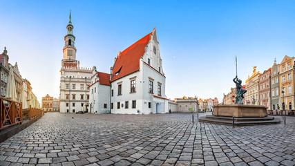 Panorama Starego Rynku w Poznaniu z zabytkowym budynkiem domu ważenia (waga miejska)