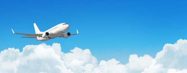 Samolotu pasażerskiego cloudscape z białym samolotem lata w dziennym niebo cumulusu chmurach, panorama widok.