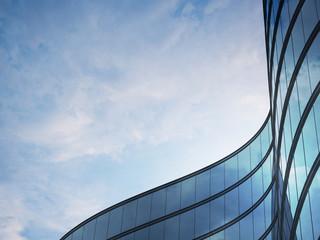 Perspektywa wieżowca i systemu okien z ciemnej stali z chmurami odbijającymi się na szkle. Koncepcja biznesowa przyszłej architektury, patrz kąt narożnika budynku. Renderowania 3d