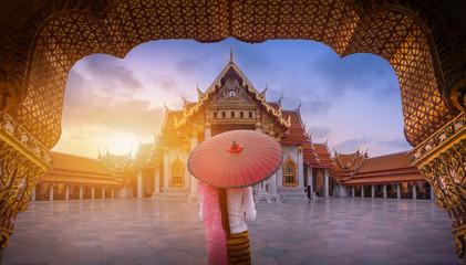 Kobieta z czerwonym parasolem przy wejściem Marmurowa świątynia, Bangkok
