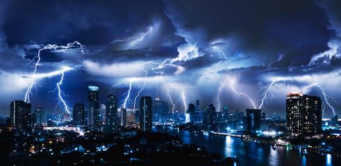 Burza z piorunami nad miastem w niebieskim świetle