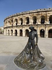 Arènes de Nîmes, avec la statue d'un torero (France)