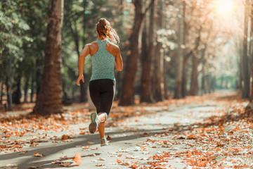 Kobieta Jogging na zewnątrz jesienią
