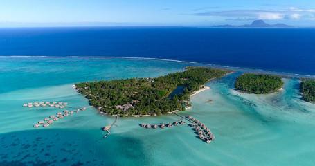 Wodny bungalow ucieka się przy wyspami, francuski Polynesia w widok z lotu ptaka
