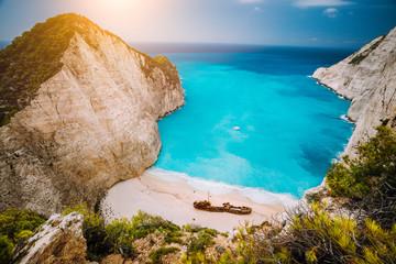 Wrak na plaży Navagio. Lazurowa turkusowa woda morska i raj jak piaszczysta plaża. Sławny turystyczny punkt zwrotny na Zakynthos wyspie, Grecja