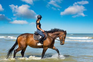 jeździec na słonecznej plaży